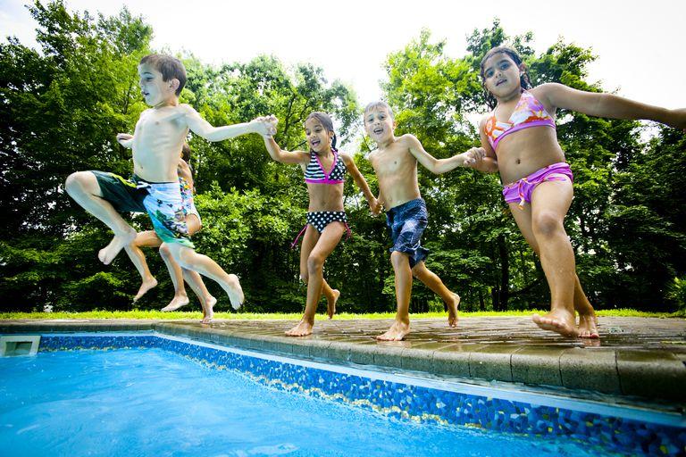 5 kids jumping in Pool