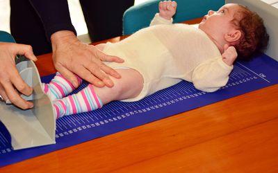 Säuglingsschätzchen Körpergröße Prüfung