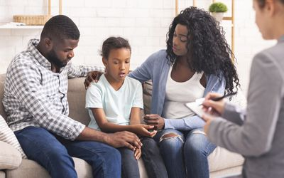 girl and parents with a therapist