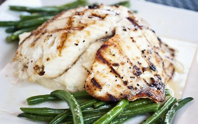 Grilled fish with green beans