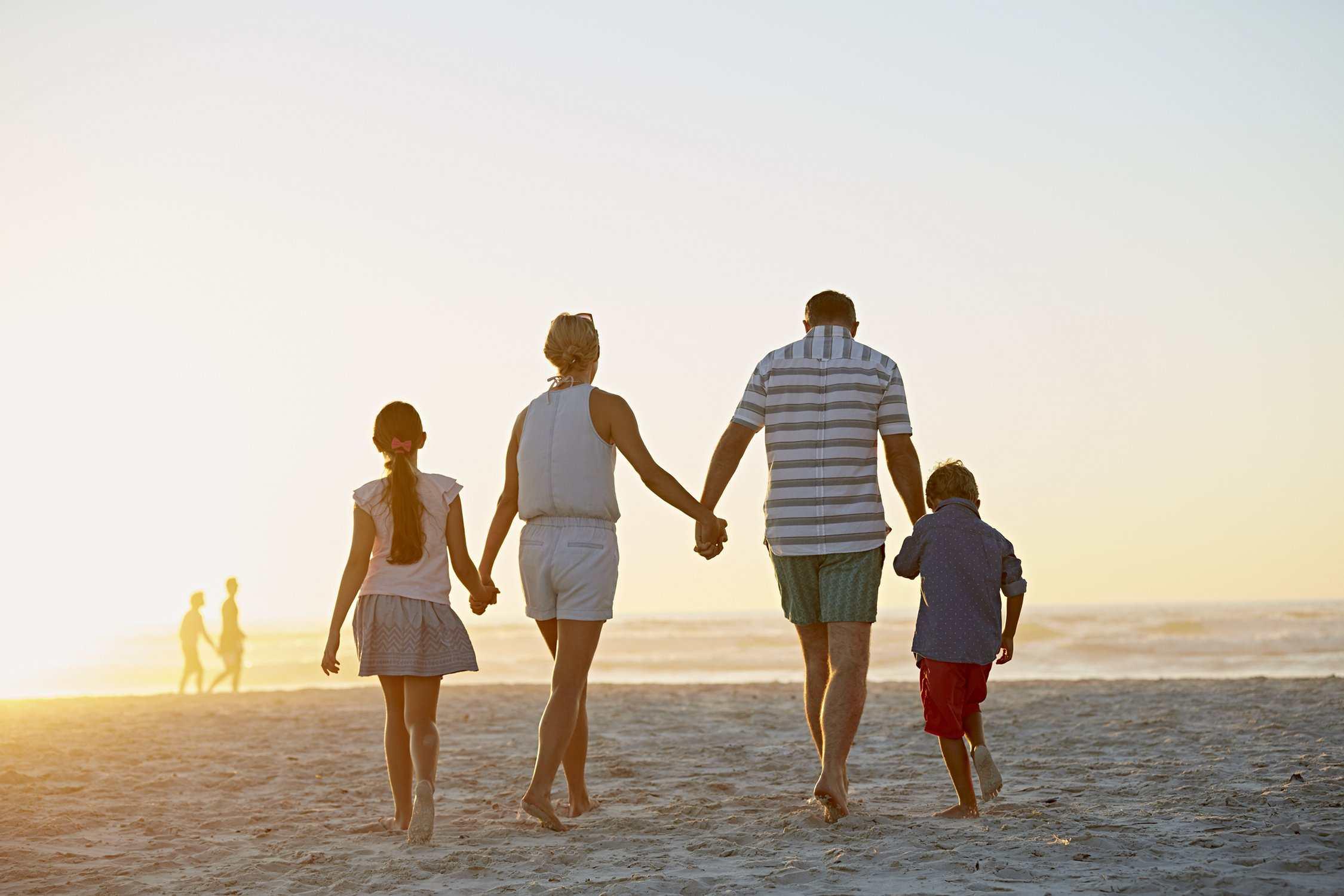 Ein Bild von einer Familie, die zusammen
