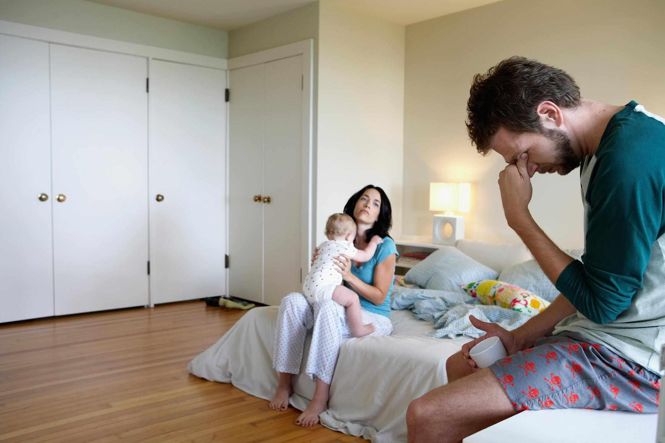 Ein Bild von erschöpft Eltern mit einem Baby