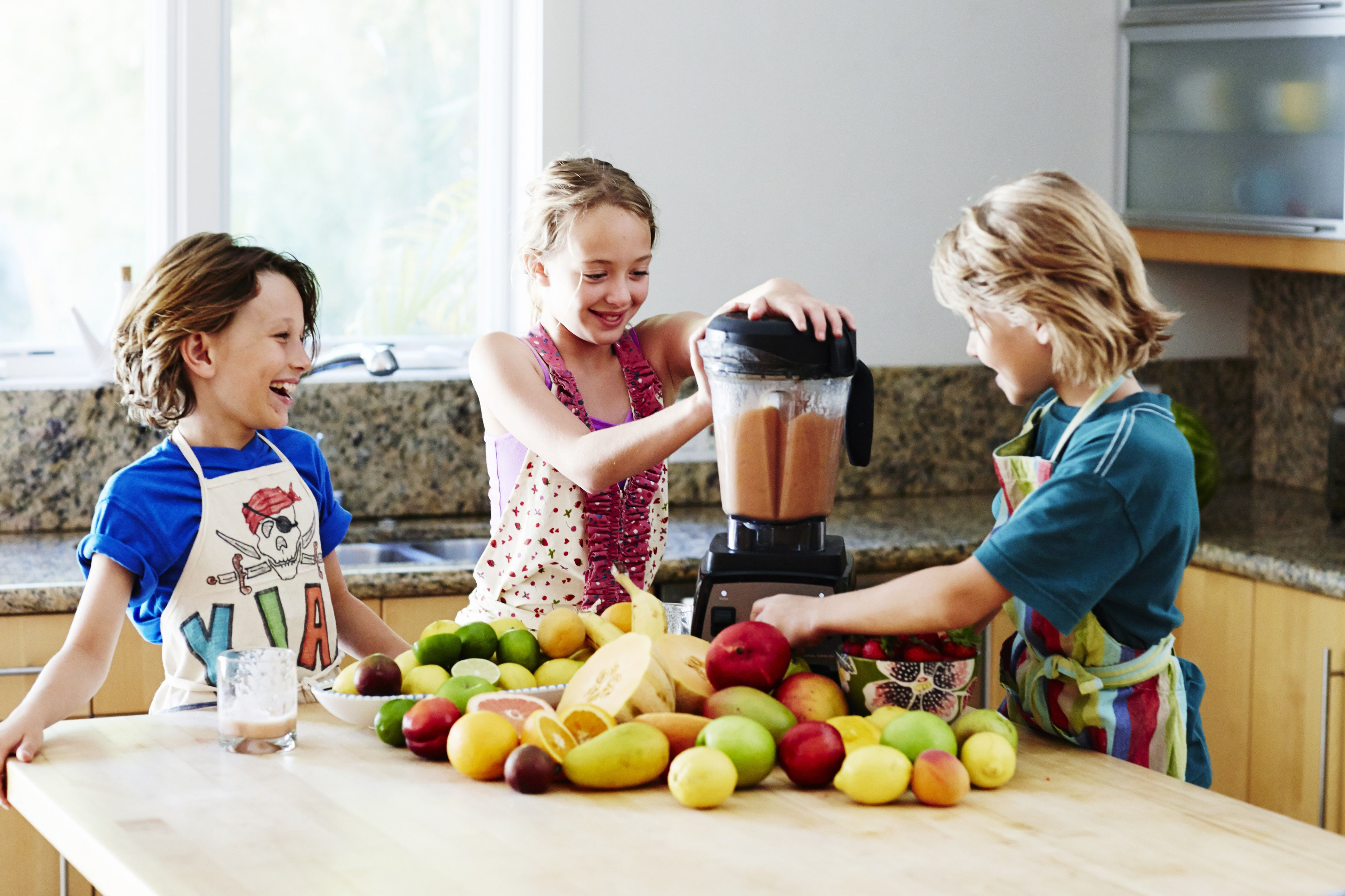 Kinder mit Obst machen Smoothie