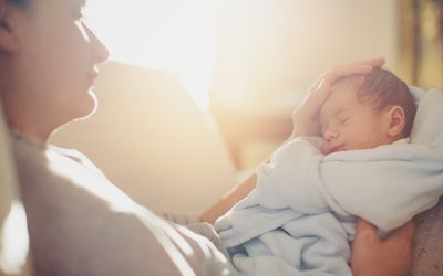 Mutter mit ihrem neugeborenen Kind