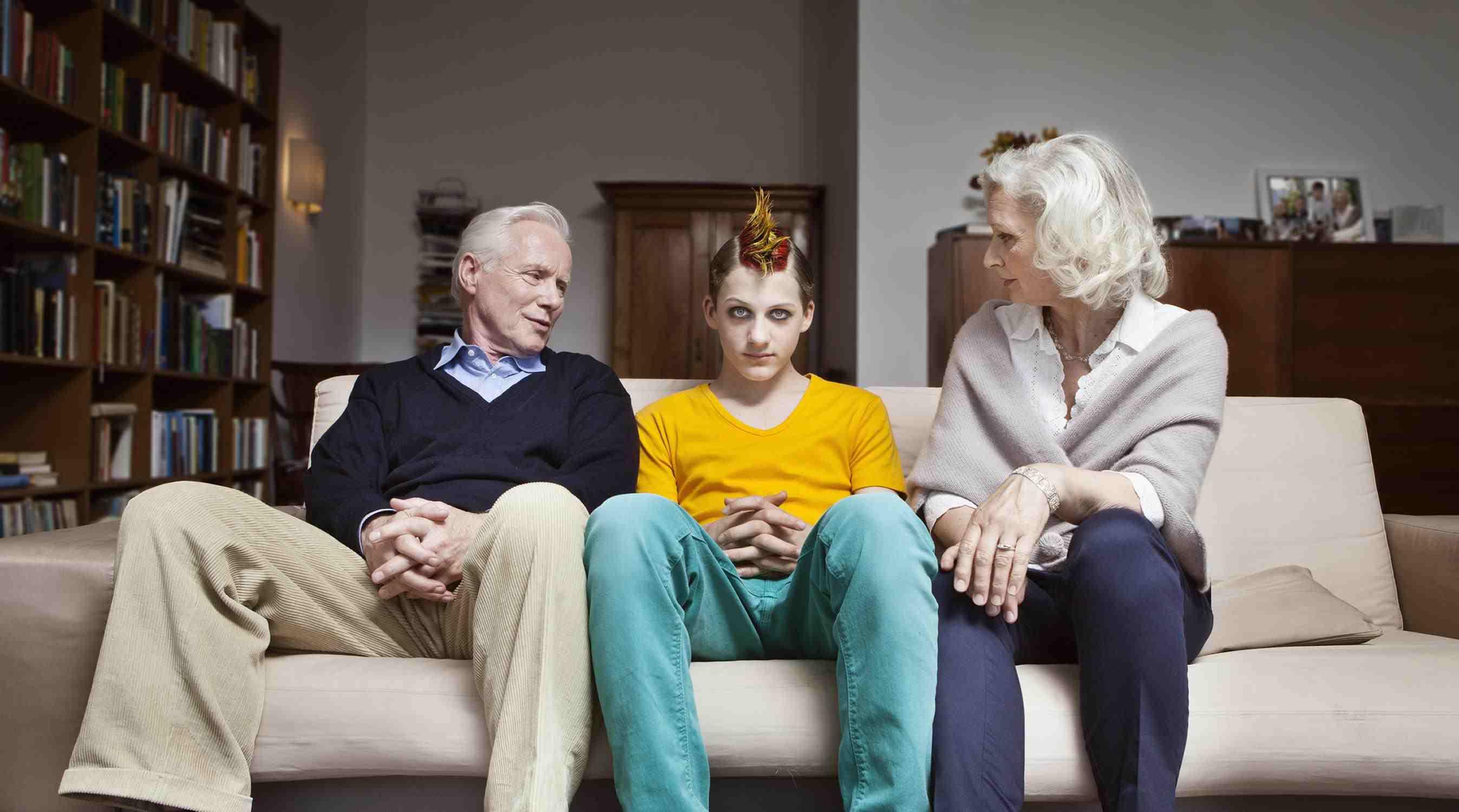Ein Bild von älter Eltern mit ihren jüngeren Teenagern, der einen Irokesenschnitt hat