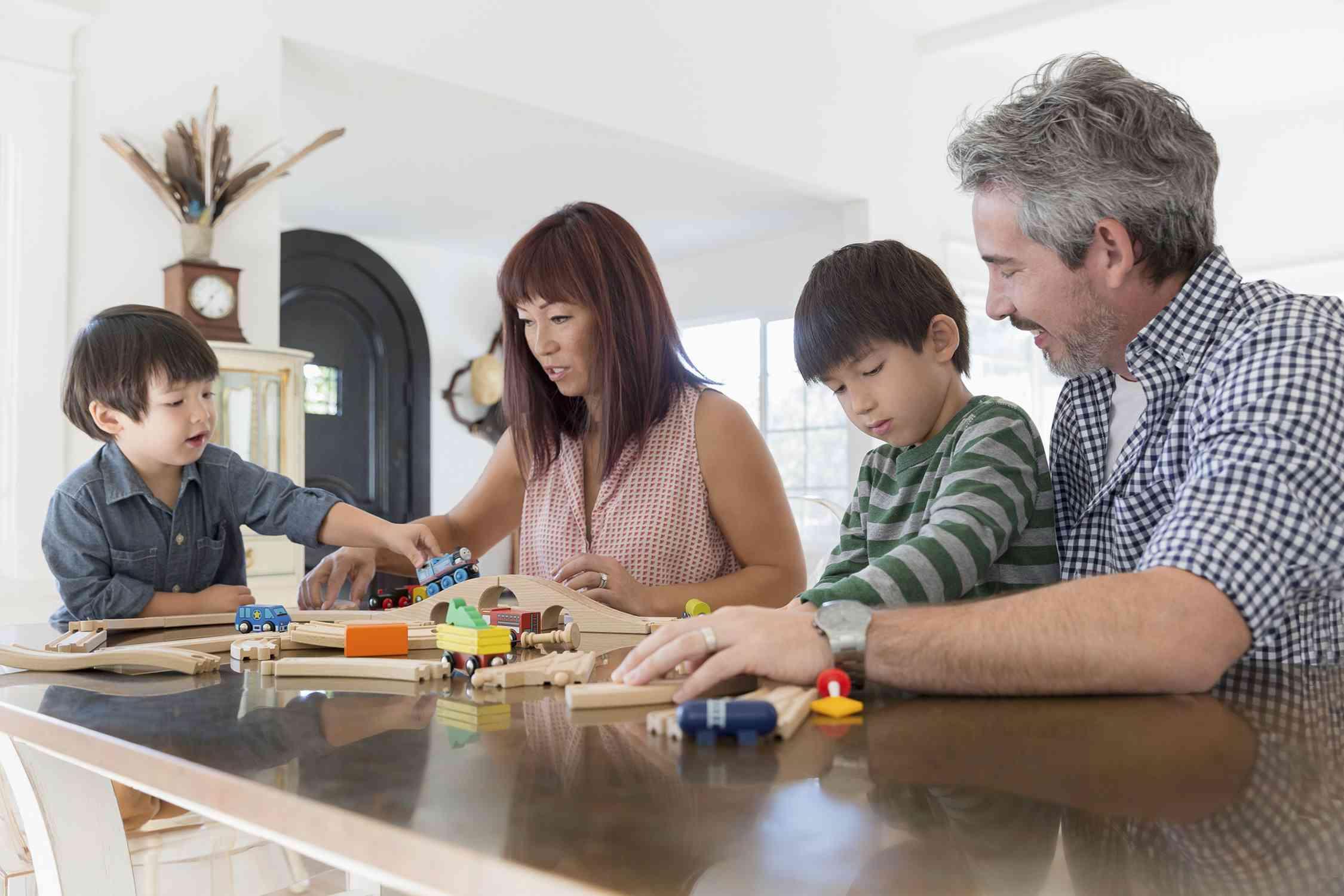 Ein Bild von einer Familie zusammen zu spielen