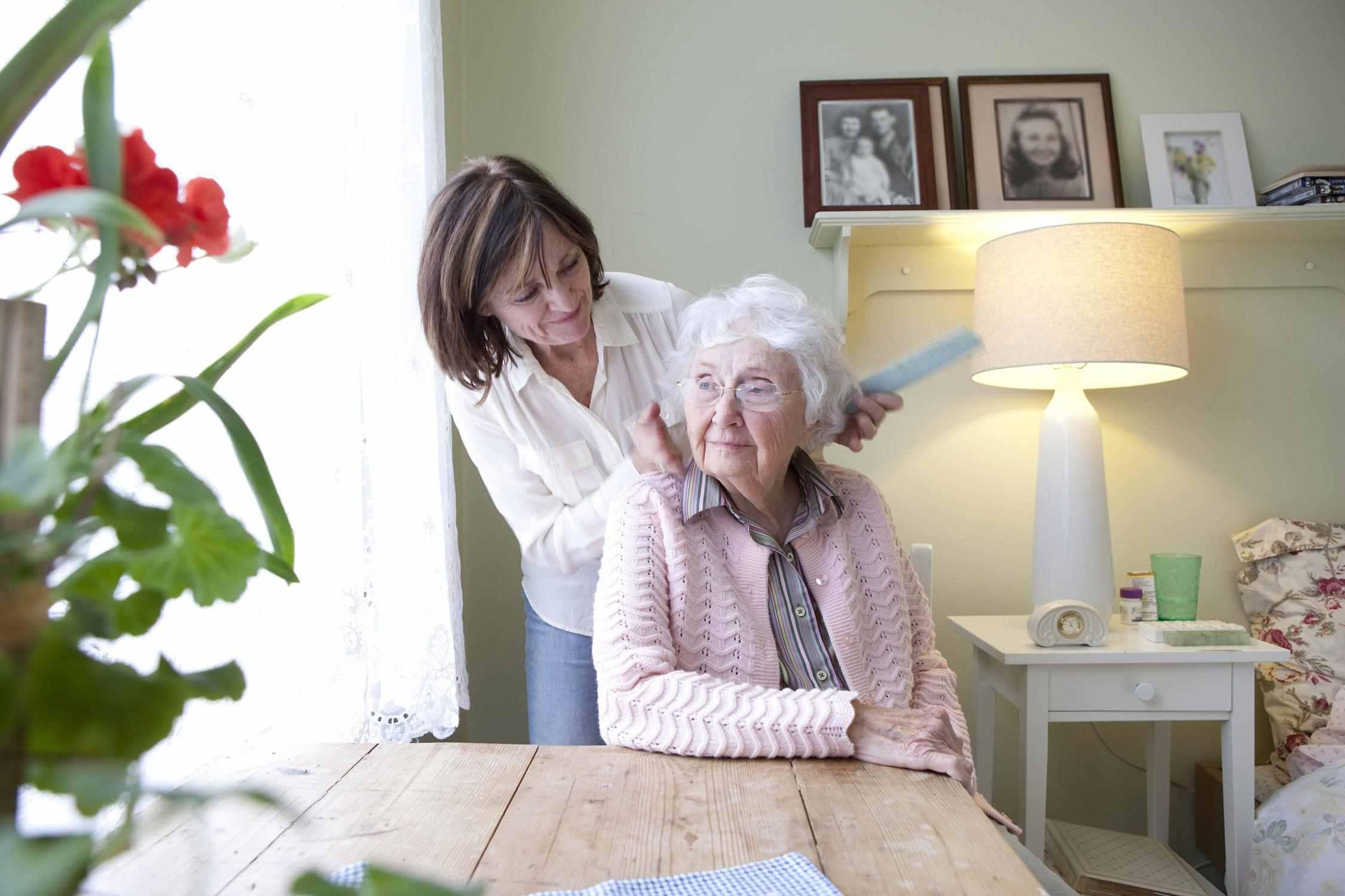 Ein Bild von einer Frau von ihrer Mutter kümmert