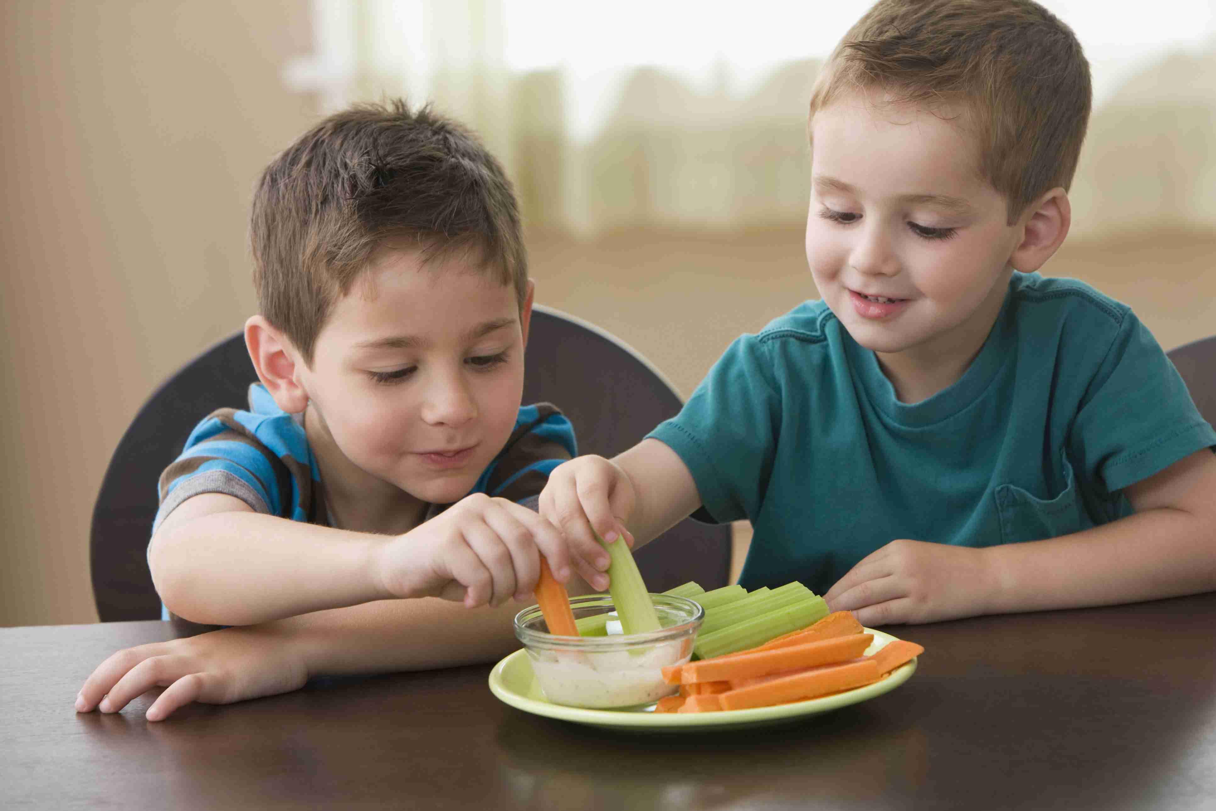 Junge Gemüse mit Dip Essen