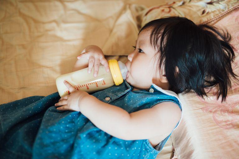 6f384b59853 Baby drinking milk from bottle