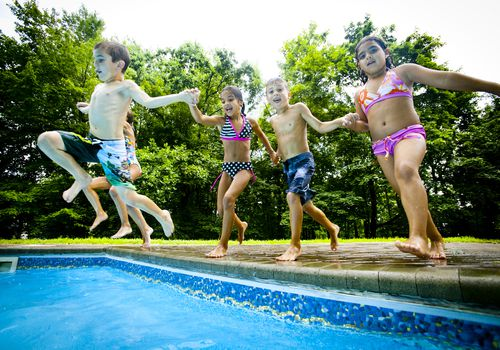 5 kids jumping in Pool