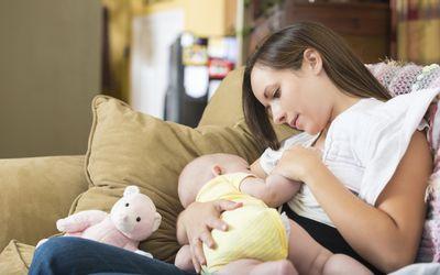 Junge Mutter zu Hause still kleine Tochter