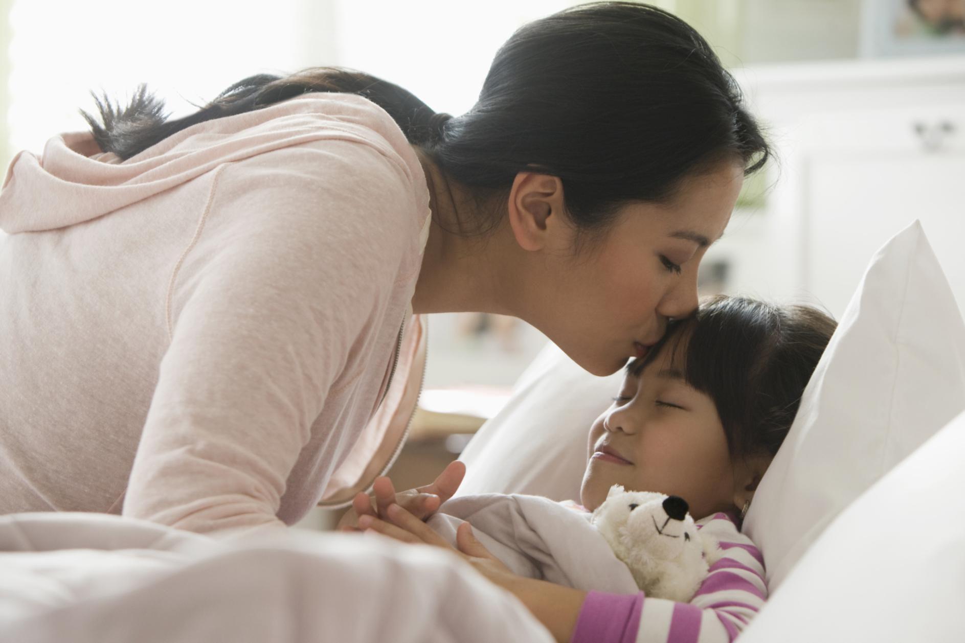 это картинки мама укладывает спать дочку этом